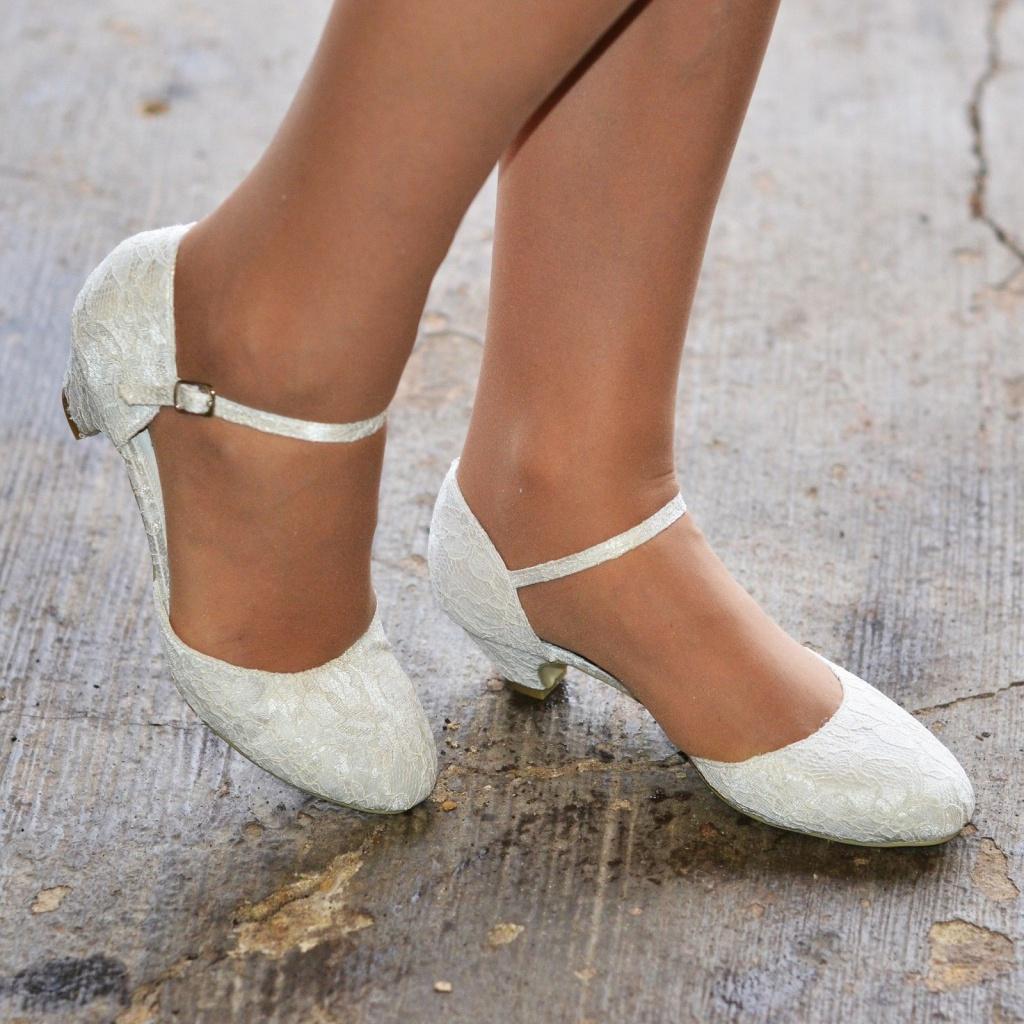 c515a8adf4a4 Smotanové svadobné čipkované topánky na nízkom opätku 062 - Salón Emily
