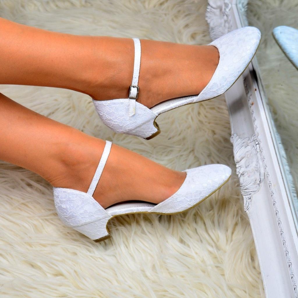 Biele svadobné čipkované topánky na nízkom opätku 062a ef512693530