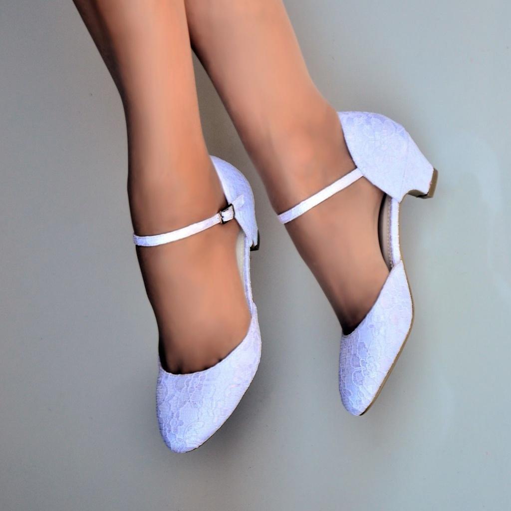 2e44c27673cd Biele svadobné čipkované topánky na nízkom opätku 062a - Salón Emily