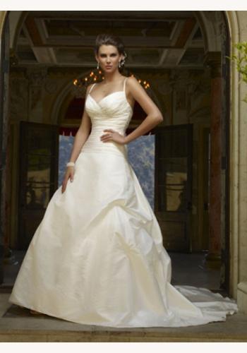 662145d1b9c1 Biele dlhé svadobné šaty na čipkované ramienka 119. Smotanové dlhé svadobné  šaty s výstrihom na tenké ramienka 118