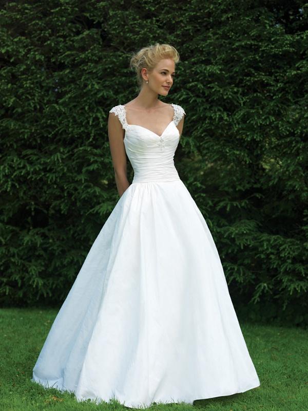 01bad87c710d Biele dlhé svadobné šaty na čipkované ramienka 119 - Salón Emily