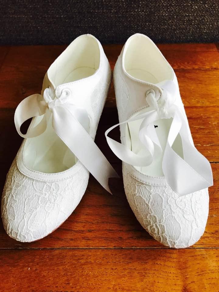 4ad16fdd56 Biele čipkované topánky s mašľou na nízkom opätku 021FHCD - Salón Emily