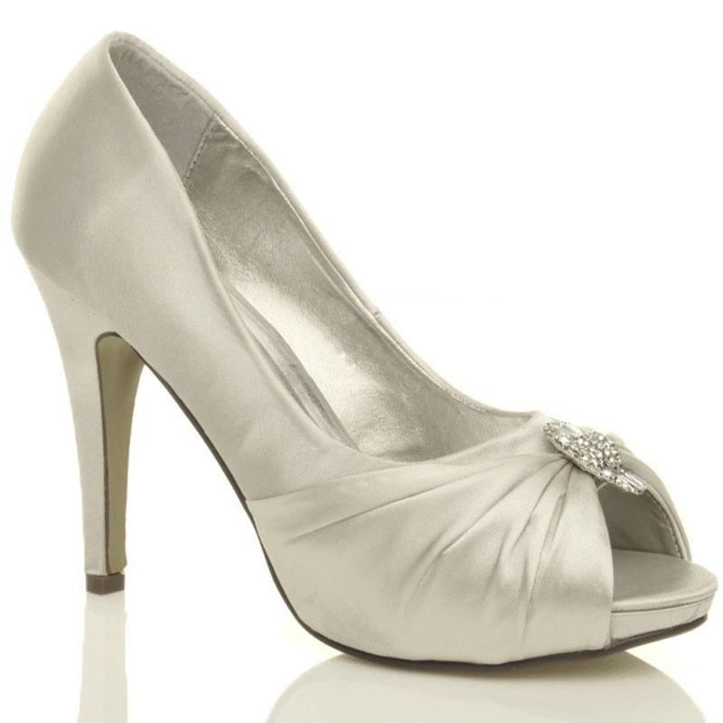 f1ce11c5f4 Biele svadobné saténové topánky vpredu otvorené na vysokom opätku ...