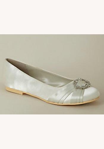 Biele saténové topánky s mašľou a štrasom na nízkom opätku 001. Smotanové  svadobné saténové balerínky so štrasovou sponou 035 95e60401c5d